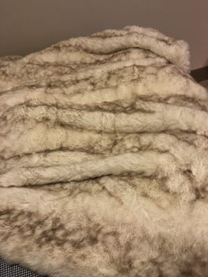 Tahari faux fur blanket for Sale in Miami, FL