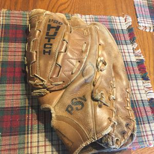 "Pro Hutch 13.5"" baseball/softball glove. Well broken in no issues. Comes with two softballs or two baseballs for Sale in Plainfield, IL"