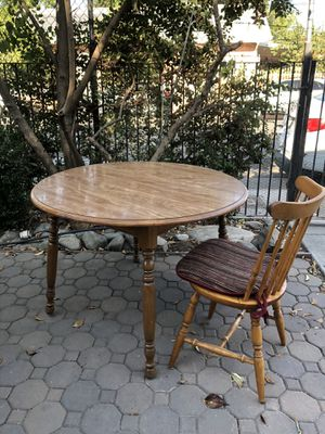 CIRCLE KITCHEN TABLE + FOUR CHAIRS for Sale in Sacramento, CA