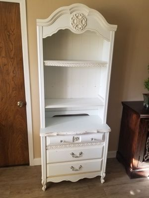 Chest of drawers with hutch for girls room. for Sale in Los Angeles, CA