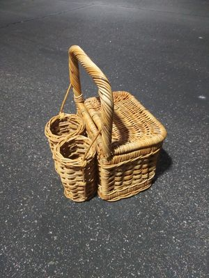 Wicker Picnic Basket With Wine Bottle Holder for Sale in Glendale, AZ