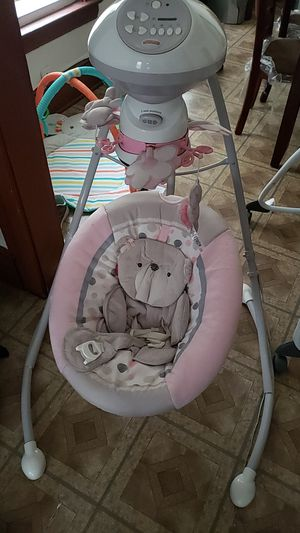 Fisher price baby girl swing for Sale in Cleveland, OH