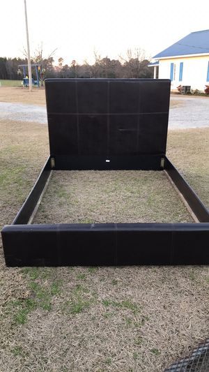 Queen size bed frame for Sale in Fairmont, NC