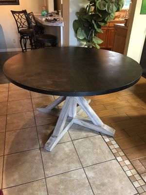 Round brown dining table for Sale in Euless, TX