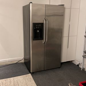 GE FRENCH DOOR REFRIGERATOR for Sale in Kissimmee, FL