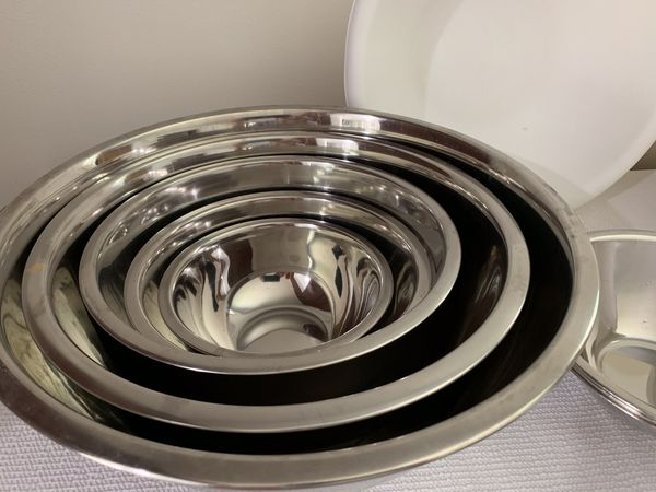 Set of 9 metal stainless steel mixing bowls, 2 large plastic mixing bowls and a large plastic colander.