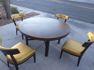 "Huge 62"" round dining table & 4 Decca Furniture chairs for Sale in Las Vegas, NV"