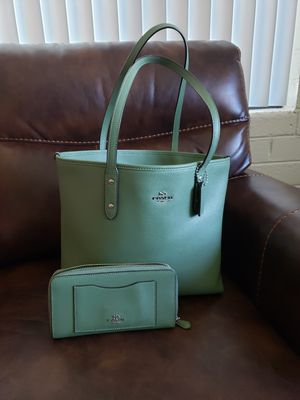 Couch City Sip top tote shoulder bag leather military green olivé F58846 & mach wallet. for Sale in Glendale, AZ