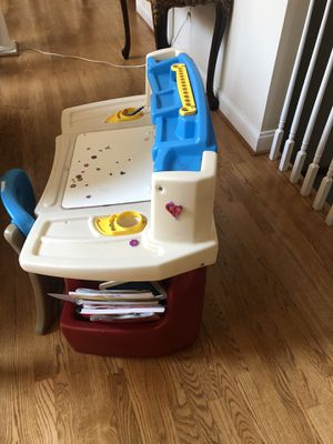 Kids desk with chair good condition for Sale in Alexandria, VA
