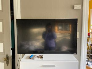 39 inch tv with mount (capitol Hill) ($50) for Sale in Seattle, WA