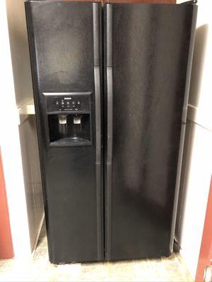 Kenmore side by side refrigerator freezer- works for Sale in Eureka, CA