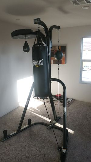 Everlast 3 stationed heavy bag stand with 70lbs heavy bag, Speed bag, and striking bag for Sale in Lancaster, CA