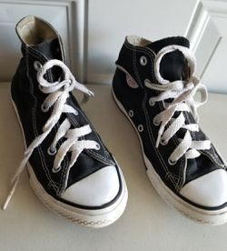 Converse shoes youths size 1.5 in great condition for Sale in Murfreesboro,  TN