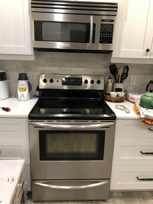 Frigidaire microwave and stove for Sale in Boca Raton, FL
