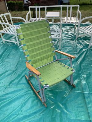 L🐸🐸K Vintage rocking lawn chair wood arms for Sale in Monroeville, PA