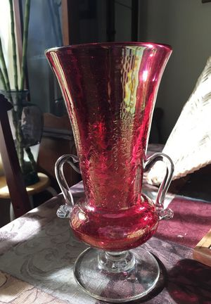 BEAUTIFUL RED/CLEAR BROKEN GLASS STYLE VASE WITH HANDLE for Sale in Vancouver, WA