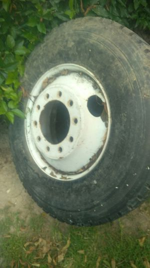 22.5 rim with tire for Sale in Sylmar, CA
