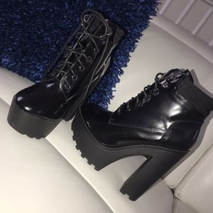 winter boots for Sale in Hialeah, FL