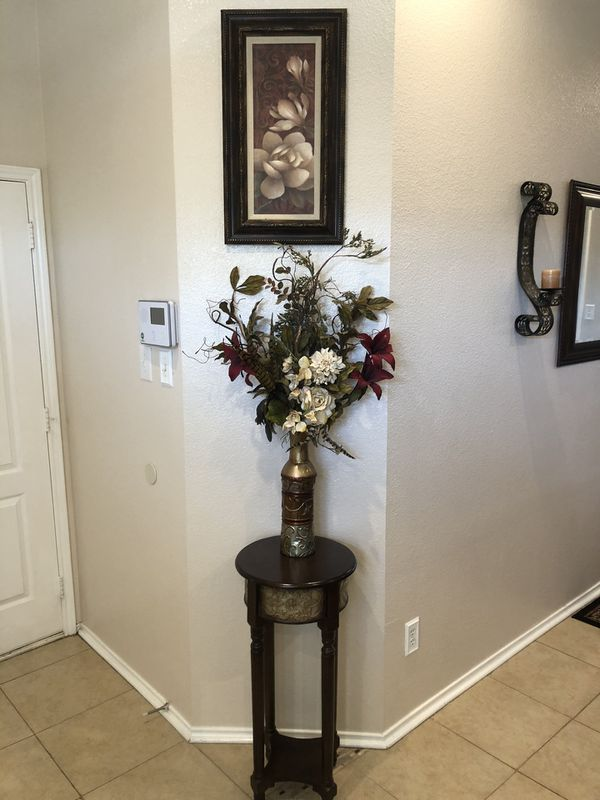 Entrance decor: picture/vase with flowers/ accent table