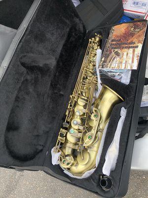Hola tengo este Saxophone ya disponible en su caja con todos sus accesorios bien bonito este alto Saxophone for Sale in Denver, CO