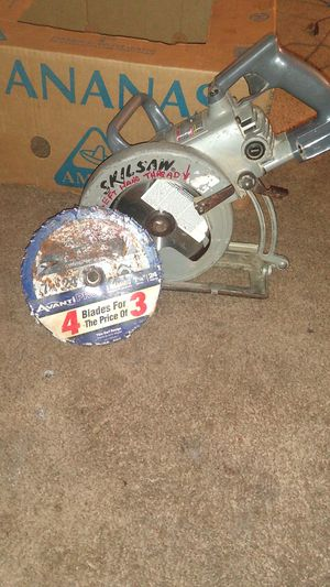 Skilsaw worm drive and 4 framing blades for Sale in Belleview, FL
