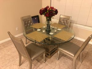 Round dining table for Sale in Hesperia, CA