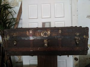 Antique trunk for Sale in Detroit, MI