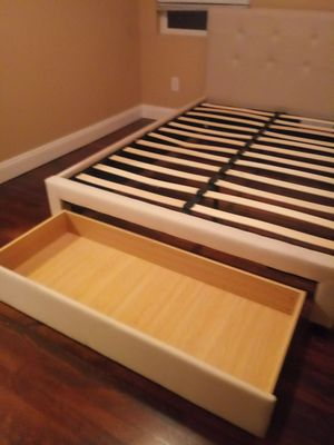 Queen size bed frame for Sale in Renton, WA
