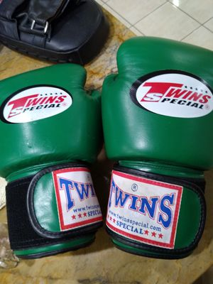 Twins 12 oz boxing gloves for Sale in Glendale Heights, IL