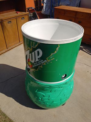 7 up Rolling Drink Ice Cooler for Sale in Bakersfield, CA