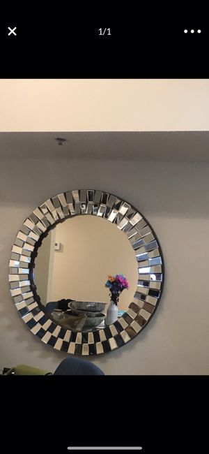 Round Accent Wall Mirror for Sale in Miami Gardens, FL