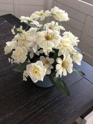 "15"" T mixed silk arrangement in 3"" ceramic vase for Sale in Katy, TX"