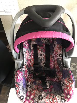 Baby car seat with base for Sale in Sacramento, CA