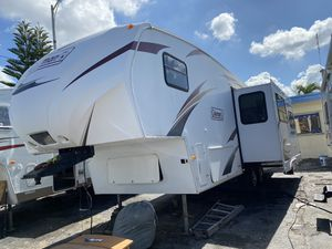 Rv tráiler año 2012 de 32 pies ubicado 3699 nw 79 st Miami fl 33147 o 786:327:1327 for Sale in Hialeah, FL