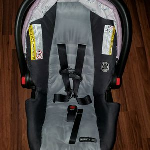 Like NEW Baby Carseat And Baby Rocker for Sale in Vallejo, CA