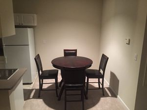 High Dining Room Set (4 chairs, 1 table and 1 expandable attachment) - Juego de Mesa de Comedor for Sale in Vienna, VA