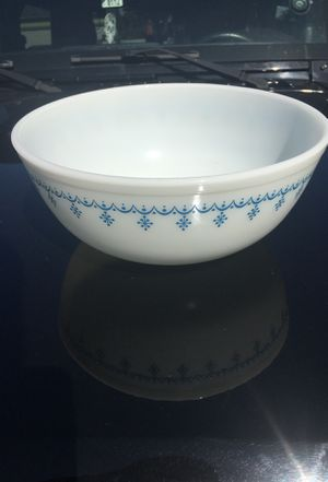 Pyrex #404 garland white and blue snowflake ❄️ 4 quart mixing bowl for Sale in Whittier, CA