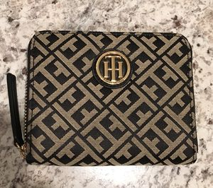 Black and grey tommy hilfiger wristlet for Sale in Baltimore, MD