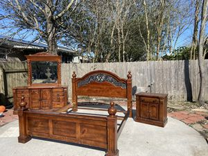 King bed set in located in Gretna for Sale in Belle Chasse, LA