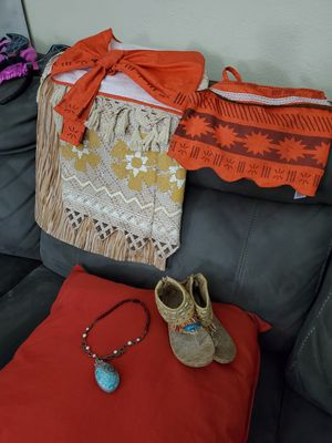 Moana Costume w/ shoes and necklace for Sale in Los Angeles, CA
