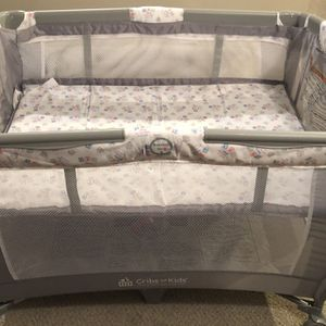 Cribs For Kids with blanket for Sale in Columbus, OH