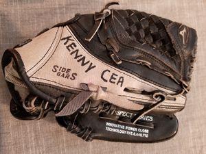 """10"""" kids Mizuno baseball glove broken in for Sale in Norwalk, CA"""