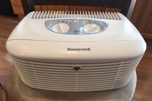 Honeywell Pet CleanAir Compact Air Purifier (Lid has a broken clip) for Sale in Gaithersburg, MD