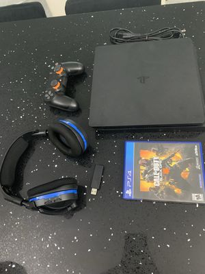 PS4 W/ Headset & BO4 Very Good Condition for Sale in Fort Lauderdale, FL