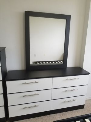 Comoda con espejo... Dresser with mirror for Sale in Hialeah, FL