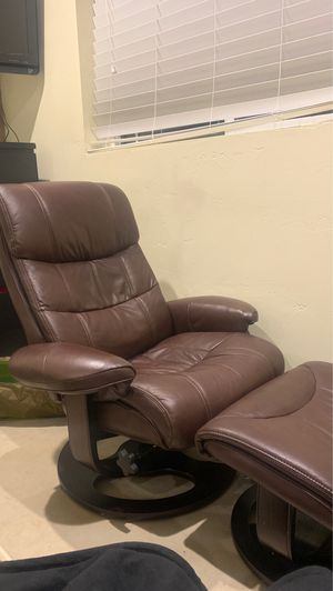 Chair and leg rest for Sale in Oregon City, OR