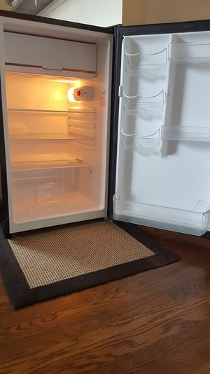 Magic Chef (black) mini fridge 4.4 cu. Ft for Sale in Seattle, WA