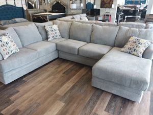 LARGE GREY XL SECTIONAL SOFA WITH ACCENT PILLOWS AND CHAISE for Sale in Mansfield, TX