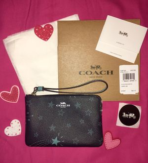 NWT COACH SHOOTING STARS NAVY CORNER ZIP WRISTLET COMES WITH COACH BOX COACH TISSUE COACH STICKER for Sale in Miami, FL