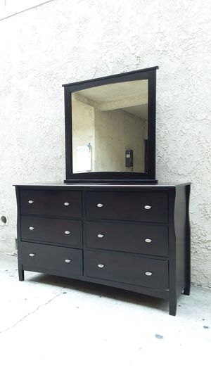 DRESSER WITH MIRROR for Sale in Whittier, CA